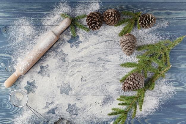 De contouren van kerststerren op de verspreide bloem. lichte achtergrond, witte bloem. cijfers uit de bloem. kerst achtergrond. kerst wallpapers