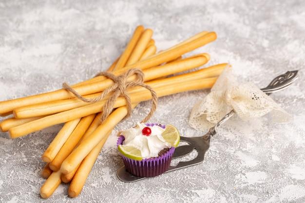 De crackers van de vooraanzichtstok met brownie op wit
