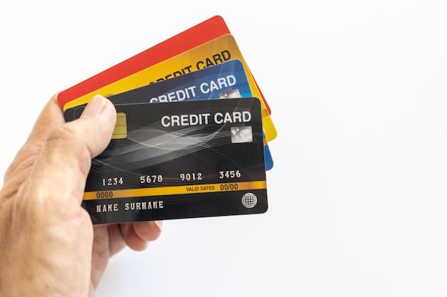 De creditcard van de handholding op wit wordt geïsoleerd dat