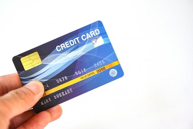 De creditcard van de handholding op witte achtergrond - betaling het online winkelen die met de portefeuilleconcept van de creditcardtechnologie e betalen