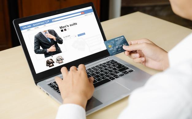 De creditcard van het jonge mensengebruik om online te winkelen