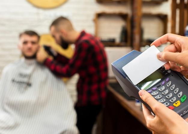 De creditcardmodel van de close-up met onscherpe achtergrond