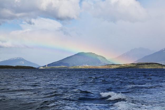 De cruise op het beagle-kanaal sluit de stad ushuaia, tierra del fuego, argentinië