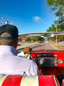 De cubaanse bestuurder van een cabriolet die de auto bestuurt