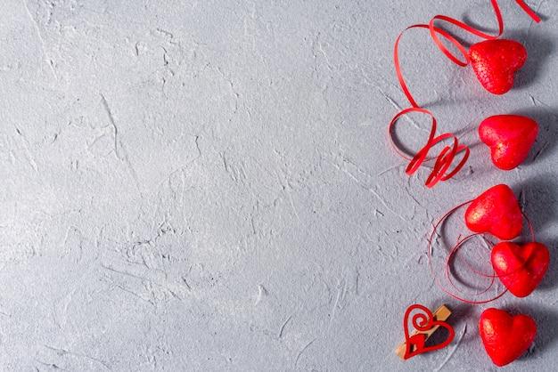 De dag abstracte achtergrond van valentine met harten en linten met plaats voor uw tekst