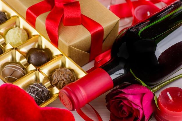 De dag romantische achtergrond van de valentijnskaart met chocolade en wijn.
