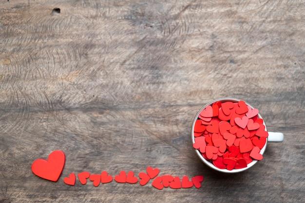 De dag rood hart van valentijnskaarten op oud hout. vakantie kaart met kopie ruimte