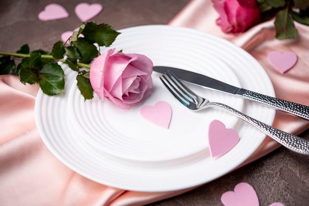 De dag van valentijnskaarten plaat met roos en harten