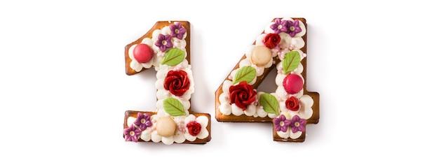 De dagcake van valentine met aantal met bloemen op wit worden verfraaid dat
