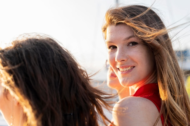 De dagconcept van het mooie meisje bij strand