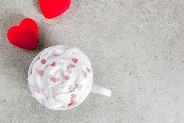 De dagroomijs van romantisch valentine op grijs beton met harten