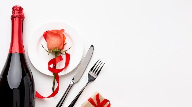 De dagsamenstelling van valentine met champagne en glazen met exemplaarruimte