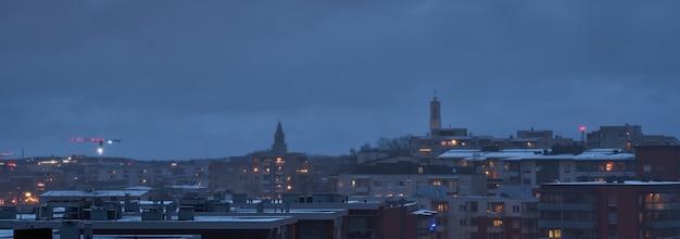 De daken van de huizen van turku zijn in totaal grijs van de wolken en grijs van de wolken aan de hemel op de achtergrond.