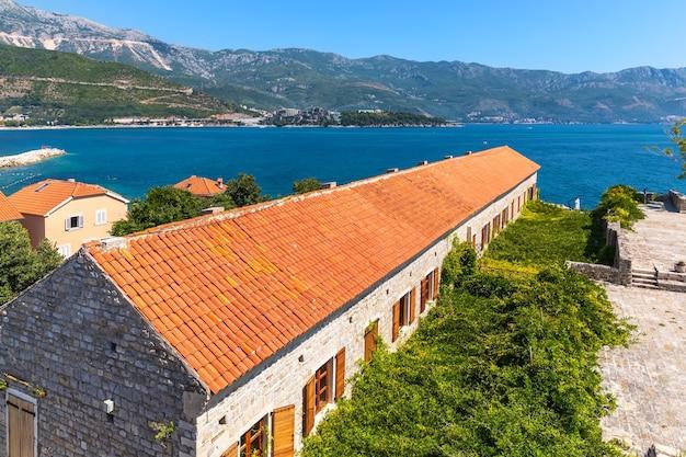De daken van de oude binnenstad van budva, montenegro.