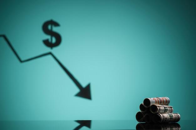 De daling van de wisselkoers. rollen met geld liggen op tafel. kopieer ruimte