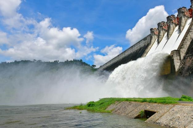De dam met waterkrachtcentrale en irrigatie en bescherming tegen overstromingen