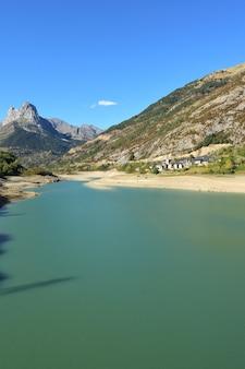 De dam van bubal en het dorp hoz de jaca, provincie huesca, aragon, spanje