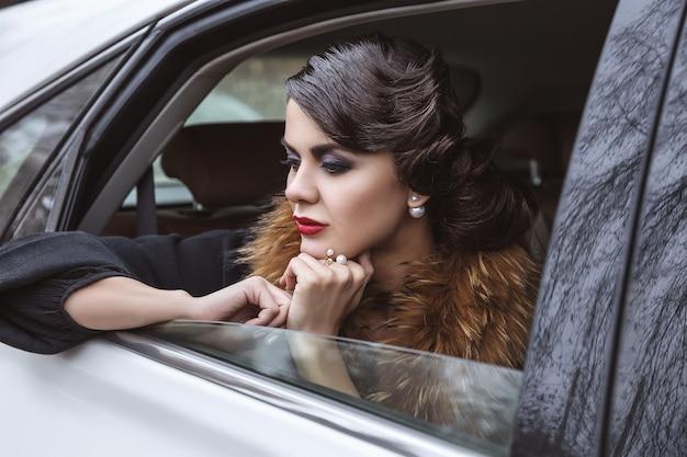 De dame in de auto