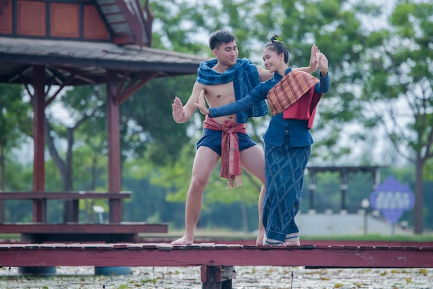 De dansersvrouw en man van thailand in nationaal kostuum
