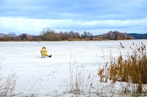 De dappere mannen op het ijs om te vissen in de winter