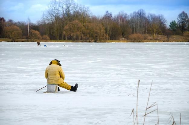 De dappere mannen op het ijs voor de winter vissen
