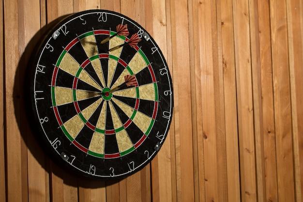 De darts geïsoleerd op houten