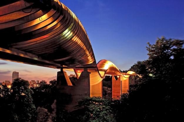 De de golfbrug van singapore henderson glanst bij schemer