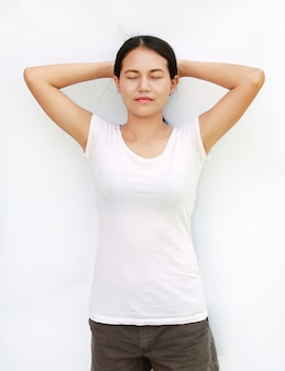 De de t-shirtoefening van meisjesthailand isoleerde witte achtergrond