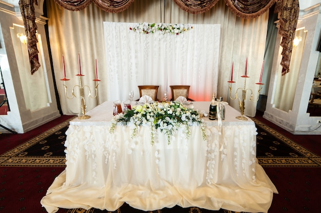 De decoratie van de tafels op de bruiloft.