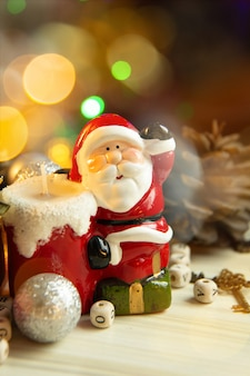 De decoratie van het kerstmismateriaal op houten achtergrond voor vakantieconcept.