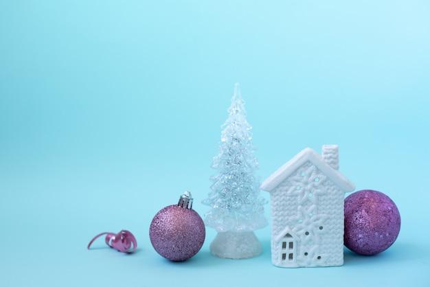 De decoratie van huiskerstmis en gesneeuwde bomen
