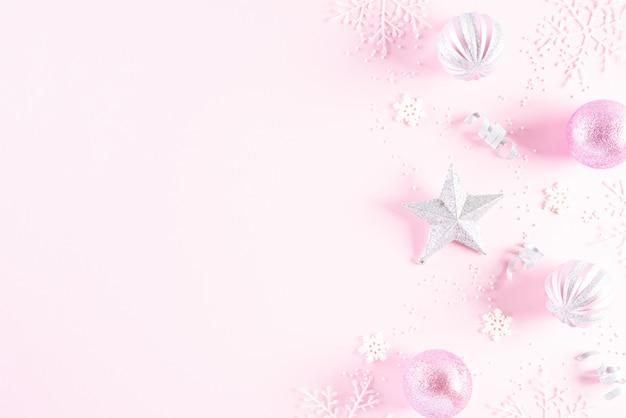 De decoratieachtergrond van kerstmis op roze achtergrond