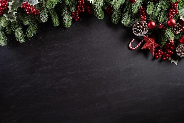 De decoratieachtergrond van kerstmis op zwarte houten achtergrond.