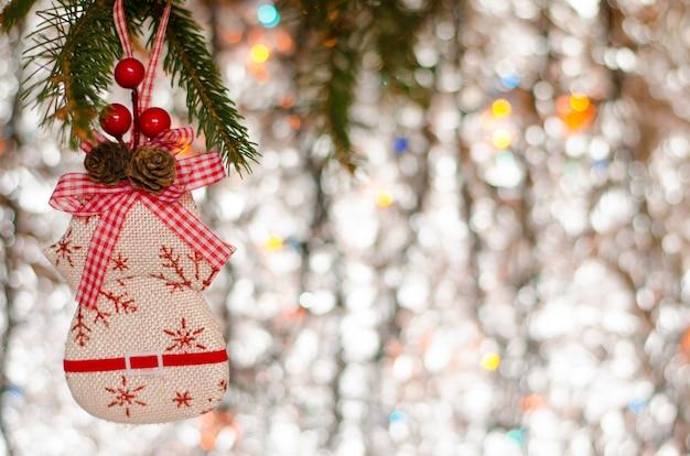 De decoratieelementen van kerstmis en tak van sparren bij het fonkelen. wenskaart . copyspace