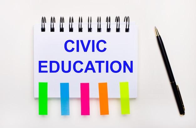 De desktop heeft rapporten, notitieblokken, rekenmachine, pen, contant geld en notitieblok met kleurrijke stickers en de tekst civic education