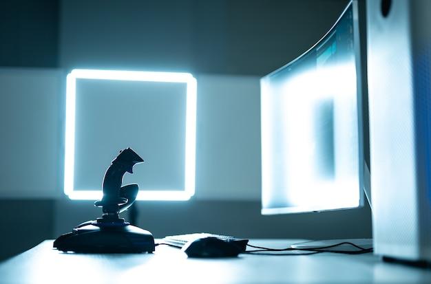 De desktop voor videogames op de verlichte achtergrond