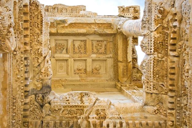 De details van de celsus-bibliotheek van het oude efeze in kusadasi, turkije