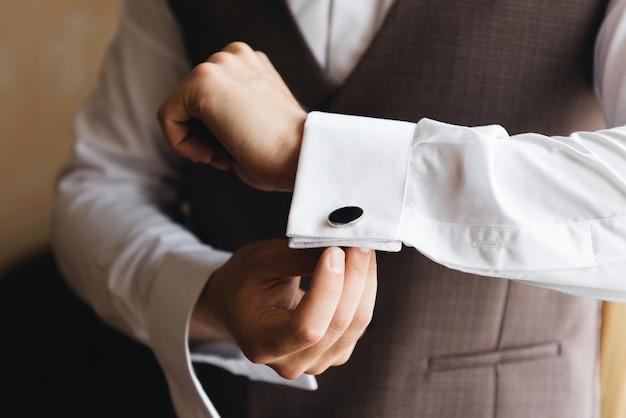 De details van de huwelijksdagvoorbereiding van de bruidegom