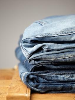 De details van de spijkerbroekstof