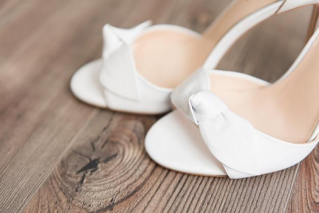 De details van de trouwdag bruidsschoenen