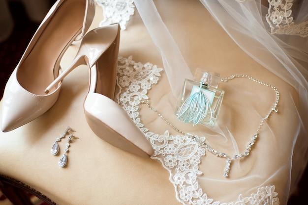 De details van het bruidhuwelijk - huwelijksschoenen als achtergrond