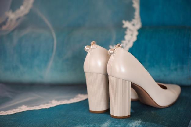 De details van het bruidhuwelijk - huwelijksschoenen als backgrond