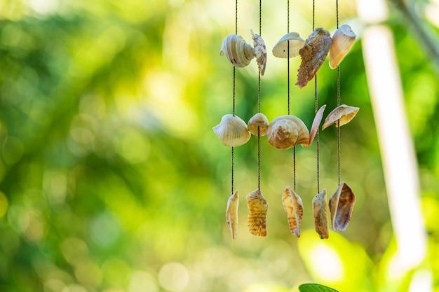 De deurbel is gemaakt van schelpen. schelpen aan een touw.