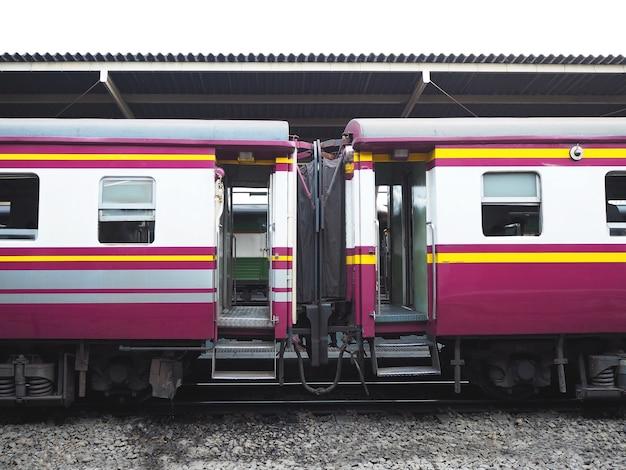 De deuren van vintage treinparkeren bij platform in thailand.