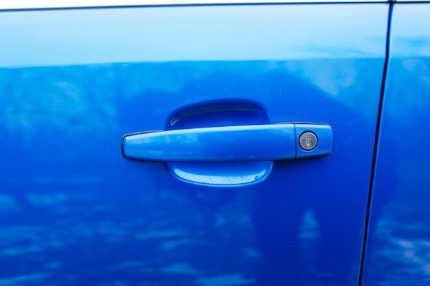 De deurklink van de auto. het concept van gebruikte auto's