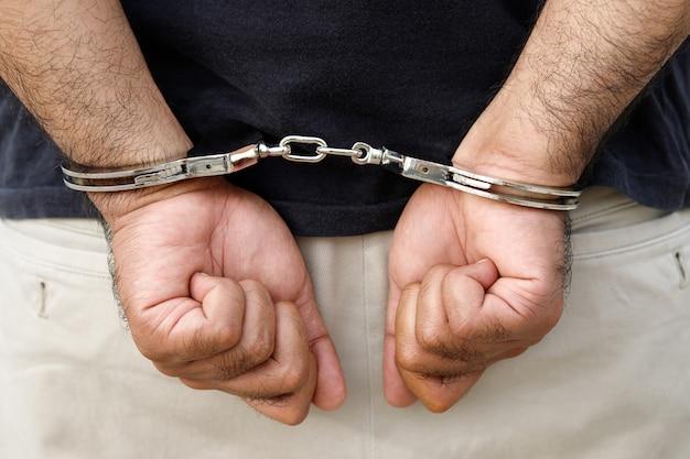 De dief werd door de politie gearresteerd voor het stelen van goud