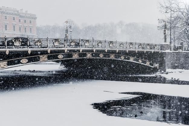 De dijk van de fontankarivier in heilige petersburg, rusland tijdens sneeuwval in de winterweer