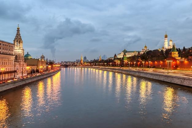De dijk van het kremlin van moskou in de zomeravond
