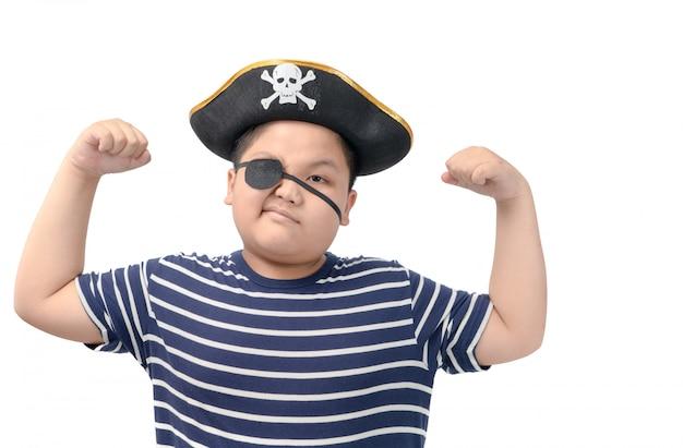 De dikke jongen die een piraatkostuum draagt toont spier