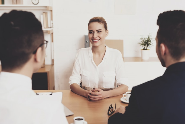 De directeurvrouw van hr in blouse en rok werkt in bureau